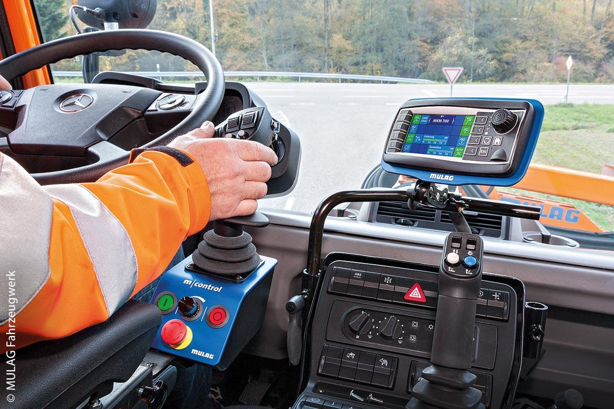 Bedienteilsystem M-Control im Einsatz mit einem Frontauslegermähgerät am Unimog