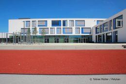 Die Außenanlagen hinter dem Hauptgebäude umfassen eine 110 Meter lange Sprintstrecke, den Pausenhof sowie einen Beachvolleyballplatz. Letzterer kann auch zum Kugelstoßen genutzt werden.