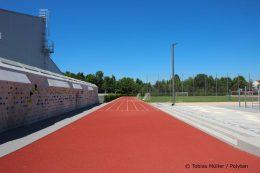 Ein weiteres Highlight des Gymnasiums ist eine 45 Meter lange Boulderwand, die sich entlang der ziegelroten Laufbahn erstreckt.