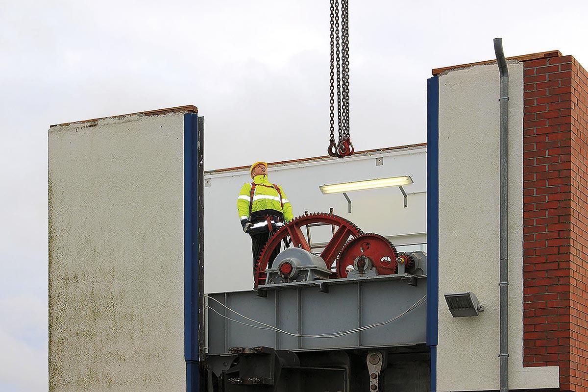 Das Wehr Gnevsdorf wurde mit Hilfe eines der größten Mobilkräne Deutschlands von SCHORISCH Magis demontiert und verladen, damit die Stahlbauteile saniert werden können.