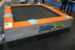 Das neueste Spielgerät von SPOGG ist das drei mal drei Meter große Trampolin. Das bunte Gerät, das künftig auf den Spielplätzen der Städte und Gemeinden für Spaß sorgen wird, wurde im November 2017 in dieser transportablen Version auf der FSB-Fachmesse vorgestellt.