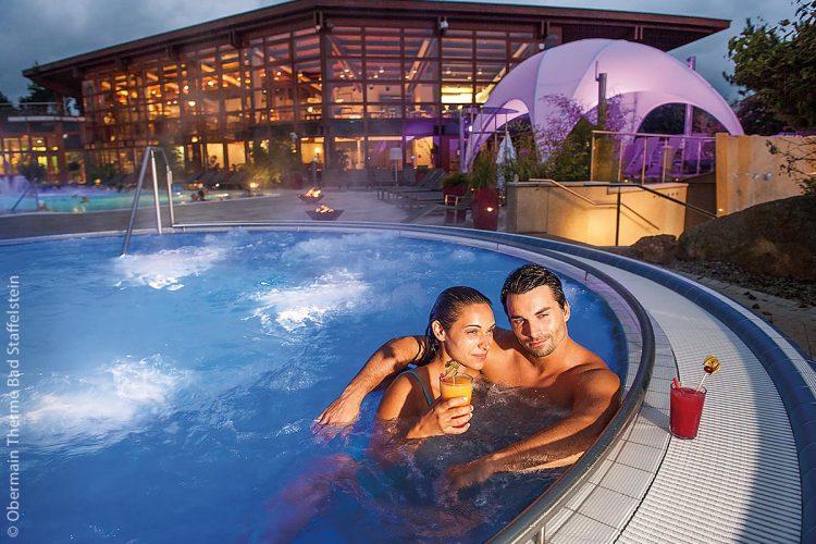 Im Whirlpool der Obermain Therme kann man mit Cocktails entspannt den Abend ausklingen lassen.