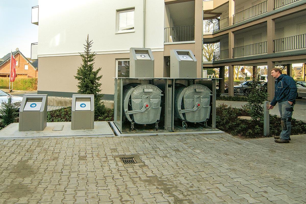 Die Entleerung ist einfach: Die Abfallbehälter stehen auf einer Plattform, die sich mit einem elektrischen Antrieb anheben oder absenken lässt.