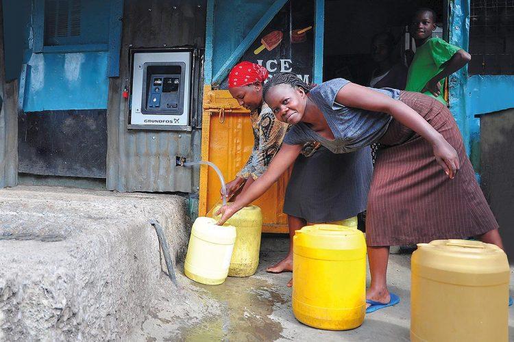 AQtap (links hinten im Bild) garantiert in Entwicklungsländern eine zuverlässige Wasserversorgung, eine effektive Erfassung der Einnahmen und einen sicheren Betrieb.
