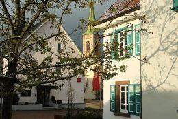 Rathausplatz mit der St.-Michaelskirche im Hintergrund
