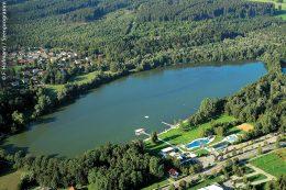 Der Stadtweiher in Leutkirch liegt direkt beim Freibad und ist ein attraktives Ausflugsziel.