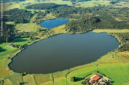 """Großer und kleiner Ursee in der Gemeinde Isny sind eiszeitlich entstandene Seen, sogenannte Toteisseen. Östlich davon liegt das Moor- und Naturschutzgebiet """"Taufach-Fetzachmoos""""."""