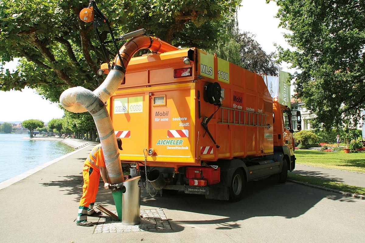 Vorteil des Saugsystems beim Müll-Laub-Sauger 1100 ist die weite Ausladung und die beidseitig große Reichweite des Schlauches.
