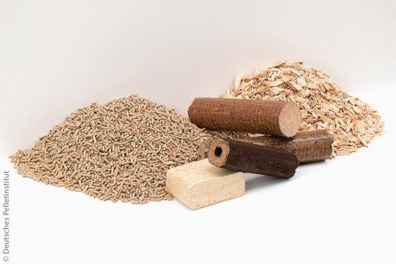 Moderne Holzbrennstoffe sollten hochwertig, für einen sauberen Heizbetrieb geeignet und am besten auch gekennzeichnet sein (von links): Holzpellets, Holzbriketts und Hackschnitzel