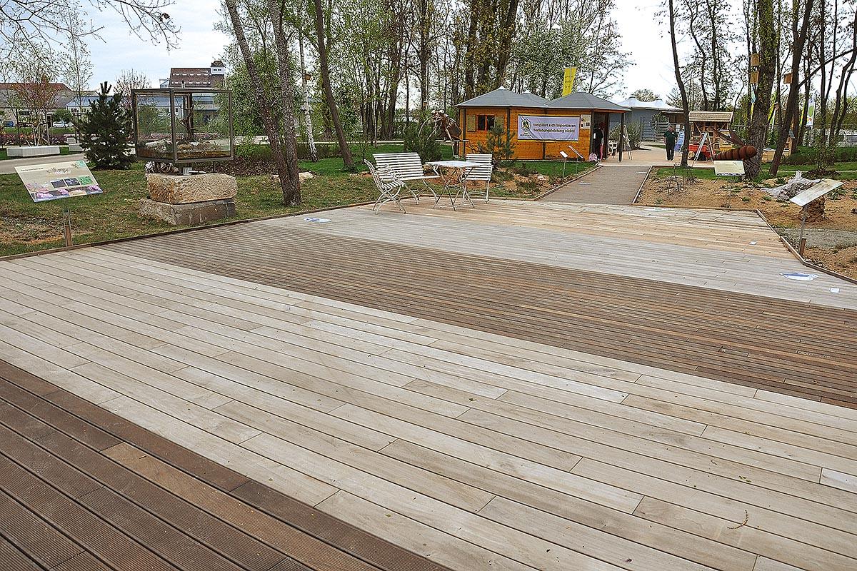 Verschiedene heimische Hölzer für den Außenbereich mit einem Nachweis von Holz von Hier wurden auf der bayerischen Landesgartenschau 2012 in Bamberg präsentiert und haben sich über die Dauer der LGS im 'Härtetest' bewährt.