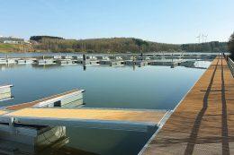 Trimax-Bohlen: Am Bostalsee im Saarland wurden fünf Stege und hundert Fingerstege erneuert.