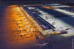 Vor (links) und nach (rechte Seite) der Installation der neuen Vorfeldbeleuchtung am Satelliten Terminal 2