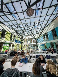 Der Mensahof der International School in Bonn besitzt eine ungewöhnliche Überdachung aus Glas und Stahl.