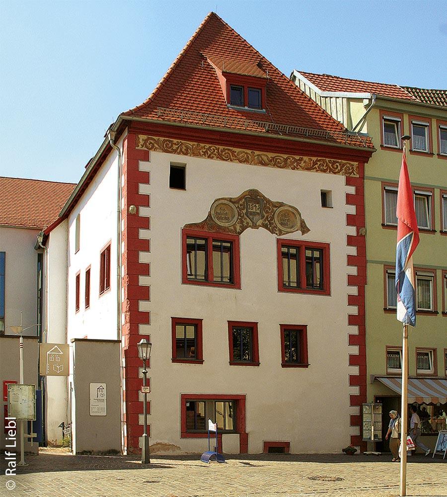 Die Hohe Kemenate dient seit ihrer Sanierung als Stadtbibliothek.