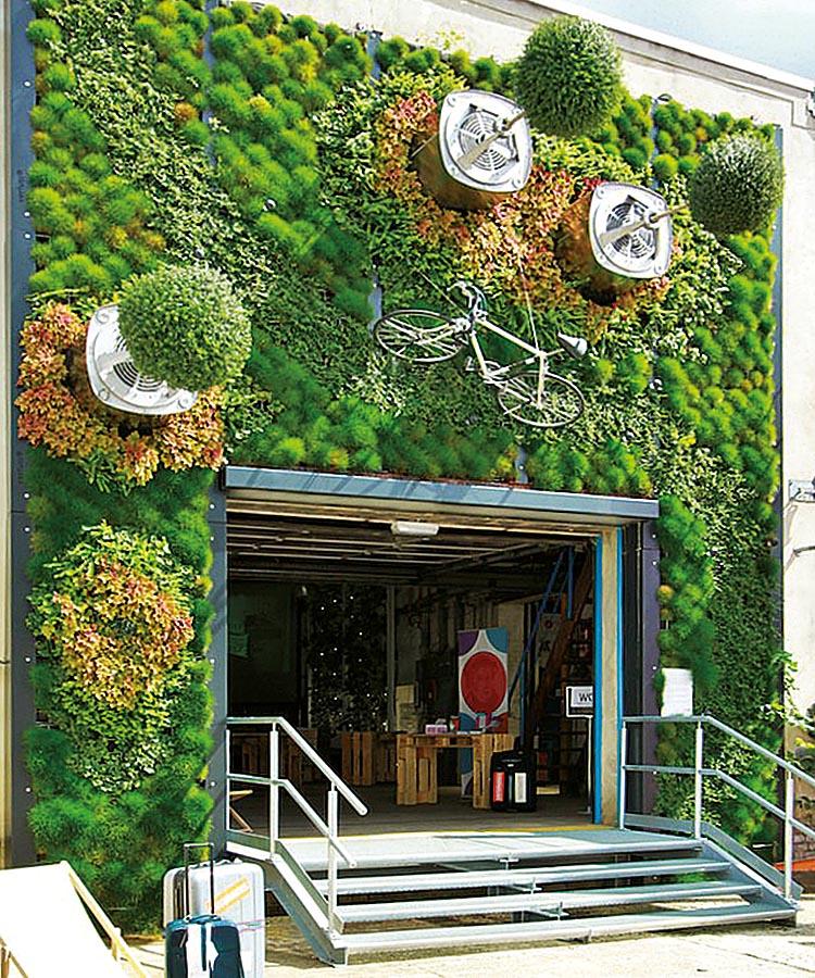 Beispiel für eine Fassadenbegrünung mit integrierten GraviPlants. Neben einer Verbesserung der Luftqualität lädt das ansprechende Design den Betrachter zum Verweilen ein.