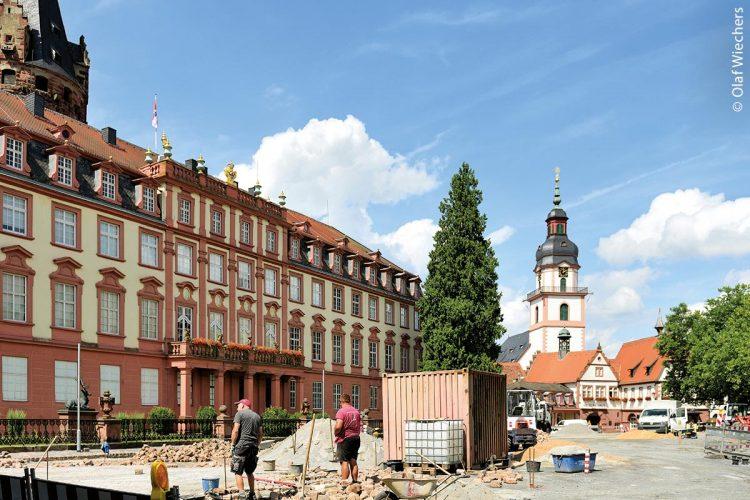 """Entwässerung: Der Marktplatz im südhessischen Erbach im Odenwald bei der Sanierung 2017 - """"ACO DRAIN Multiline Seal in"""" schützt Gewässer und Bauten"""