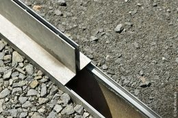 An den aufgesetzten Schlitzrahmen ist ein direktes Anarbeiten von Oberflächenbelägen möglich.
