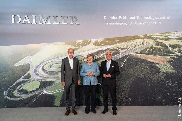 Dieter Zetsche, Vorstandsvorsitzender der Daimler AG und Leiter Mercedes-Benz Cars, Bundeskanzlerin Angela Merkel und Thomas Strobl, stellvertretender Ministerpräsident von Baden-Württemberg bei der Eröffnung des Daimler Prüf- und Technologiezentrums Immendingen