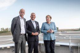 Dieter Zetsche, Vorstandsvorsitzender der Daimler AG und Leiter Mercedes-Benz Cars, Thomas Strobl, stellvertretender Ministerpräsident von Baden-Württemberg und Bundeskanzlerin Angela Merkel bei der Eröffnung des Daimler Prüf- und Technologiezentrums Immendingen