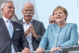 Thomas Strobl, stellvertretender Ministerpräsident von Baden-Württemberg, Dieter Zetsche, Vorstandsvorsitzender der Daimler AG und Leiter Mercedes-Benz Cars, und Bundeskanzlerin Angela Merkel bei der Eröffnung des Daimler Prüf- und Technologiezentrums Immendingen