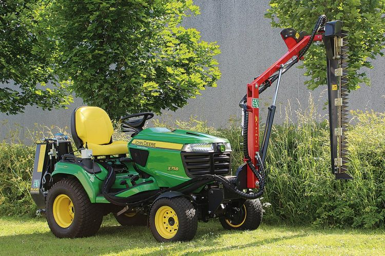 Für Geräteträger: Mit dem Heckenschneider Termit HK1300 von ELKAER ist jetzt Schluss mit ungesunden Arbeitsstellungen. Man kann das Anbaugerät an alle größeren Rasenmäher montieren