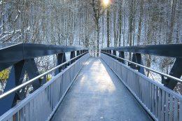 Aluminiumbrücke: Da es sich weltweit um das erste Projekt mit beheizter Lauffläche auf einer Aluminiumbrücke handelte, forschte das Team des Konstruktiven Ingenieurbaus des Ingenieurbüros intensiv nach einem passenden System und entschied sich schließlich, eine spezielle Heizmatte in den PU-Belag einzubringen.