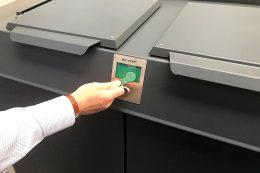 """Schließsysteme: Mit digitaler Schließtechnologie und Solarpaneelen versehen, werden Schutz- und Depotschränke der Paul Wolff GmbH zukünftig die Zustellung oder Abholung wertvoller Güter ermöglichen – hier ein """"Avantgarde 242 Depot"""" mit einem 540 l- und zwei 260 l-Fächern."""