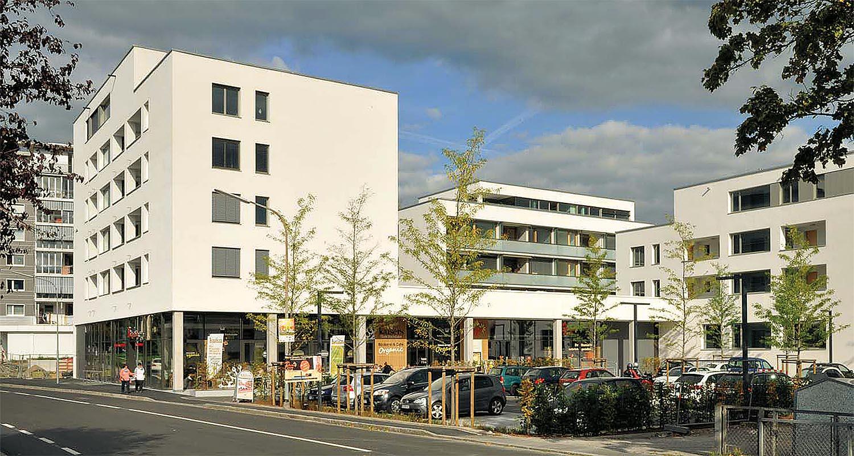 """Mit """"Teichmatten+"""" hat die Wohnbau Lörrach im Ortsteil Tumringen eine neue Ortsmitte geschaffen und so einen städtebaulichen Akzent gesetzt: neue Wohnungen und Ladengeschäfte in symbiotischer Verbindung."""
