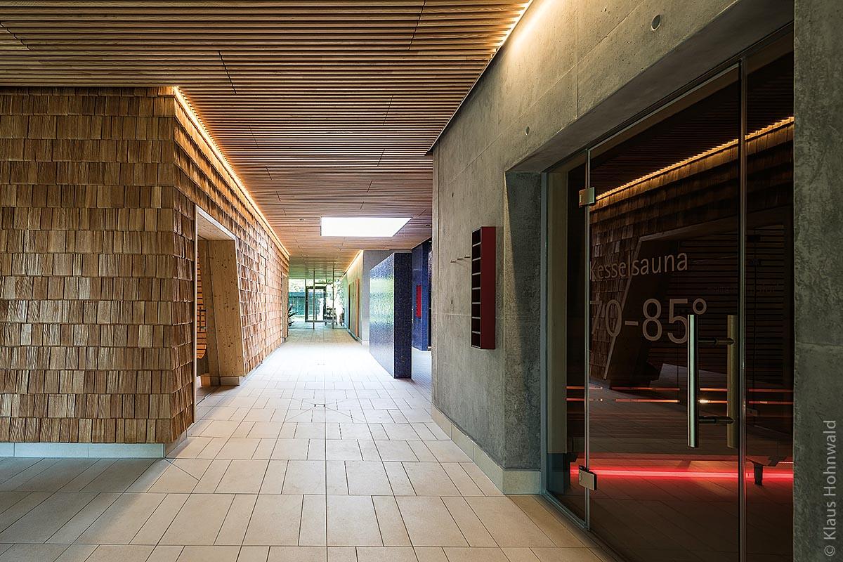 Die Architektur des hinteren Teils des Eingangsbereichs ist großzügig gestaltet.