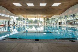 Sportschwimmbecken mit Sprungtürmen