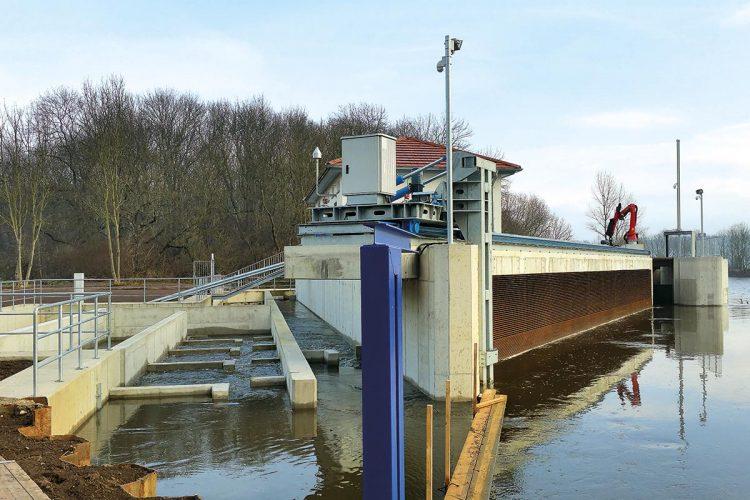 """Die Wasserkraftanlage Öblitz gilt als Europas """"fischfreundlichstes Kraftwerk"""". Links sind die Fischtreppen sichtbar."""