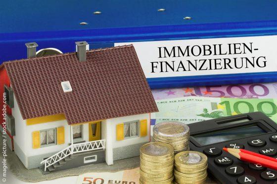 Immobilienfinanzierung - Ordner mit Haus