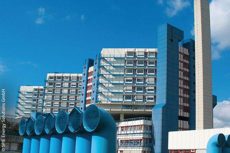 Mehr als 50 Prozent des benötigten Stroms erzeugt das Klinikum am Bruderwald in Bamberg selbst. Die KWKK-Anlage, die das Klinikum mit Wärme, Kälte, Dampf und Strom versorgt, wurde von den Stadtwerken Bamberg und Spie Energy Solutions im Rahmen eines Energieeinsparcontractings mit der Sozialstiftung Bamberg geplant und umgesetzt.