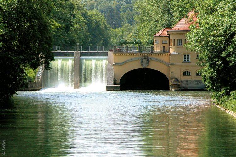 Das Isarwerk 1 ist das älteste, noch betriebene Laufwasserkraftwerk. Das Gebäude zählt zu den Baudenkmälern Bayerns.