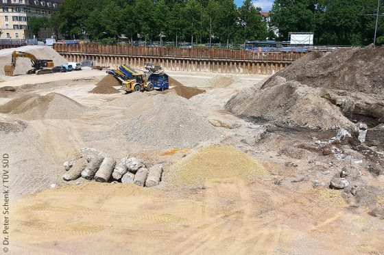 Baugrube mit schwarzem Auffüllungsmaterial (rechts) und sauberem Boden (links)