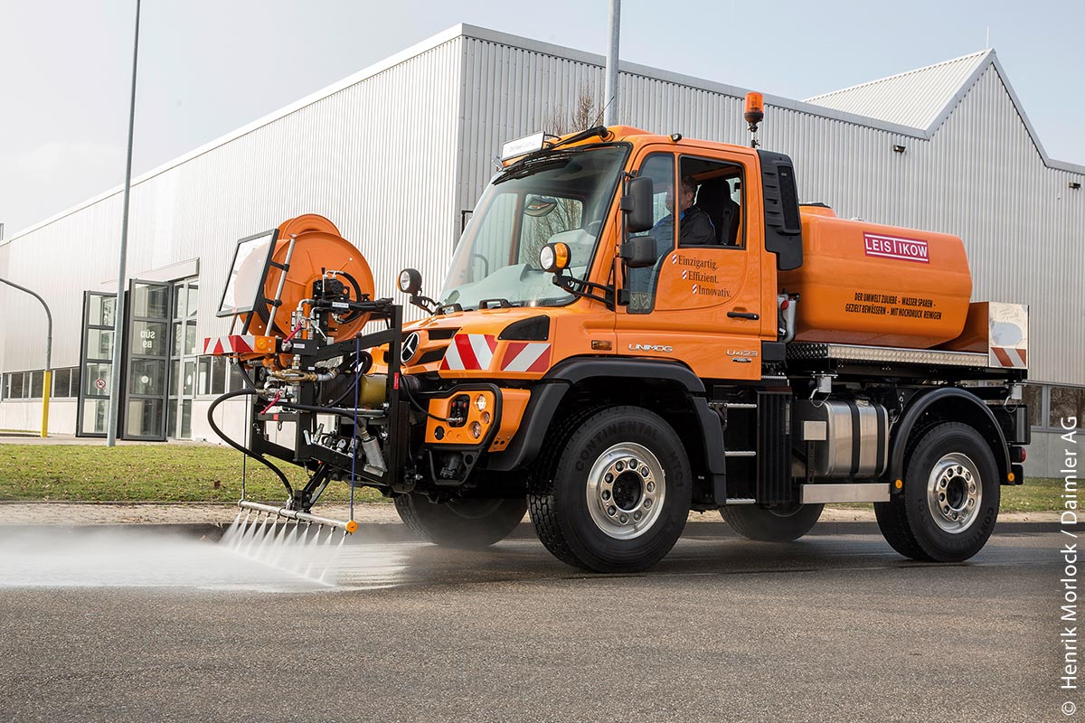 Der Unimog U 423 mit OM 934 Euro VI und einer Leistung von 170 kW (231 PS) im Einsatz bei der Straßenreinigung