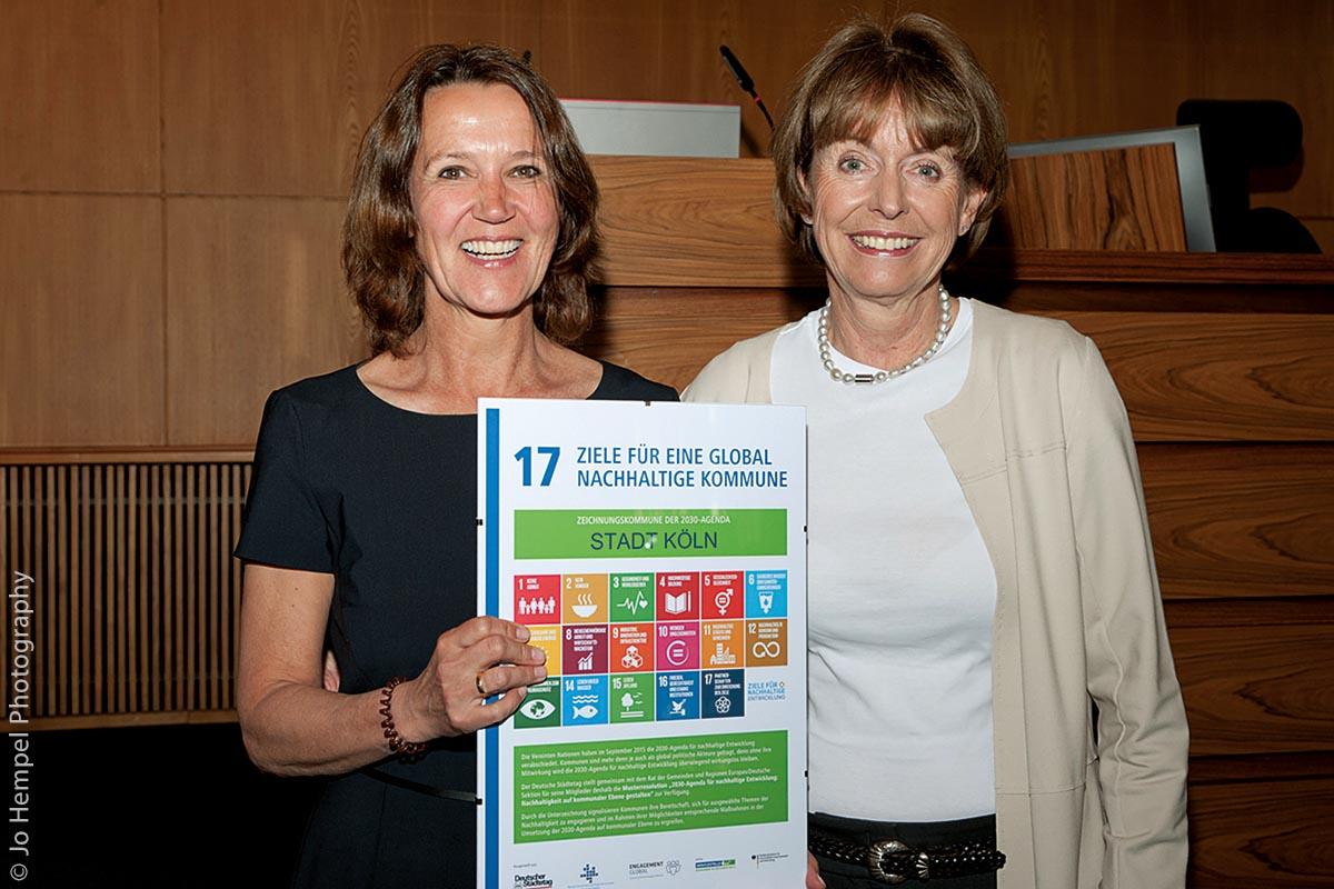 Sabine Drees vom DST (links) überreicht die Urkunde an Henriette Reker, der Oberbürgermeisterin von Köln.