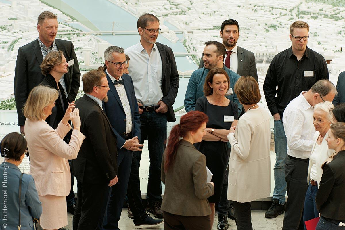 April 2018: Teilnehmer des dritten Vernetzungstreffens beim Austausch