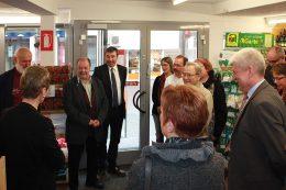 Erfreute Gesichter bei der Begrüßung des hohen Besuches im Dorfladen Enzweihingen