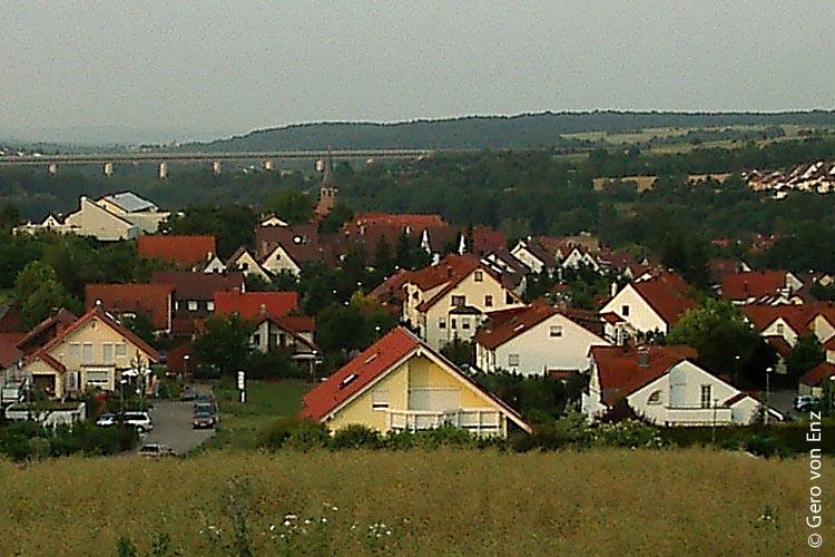 Im kleinen Vaihinger Stadtteil Enzweihingen (mit Bahnbrücke im Hintergrund) existiert nach Schließung einer Schlecker-Filiale seit Oktober 2014 endlich wieder ein Dorfladen, der vorbildlich geführt wird.