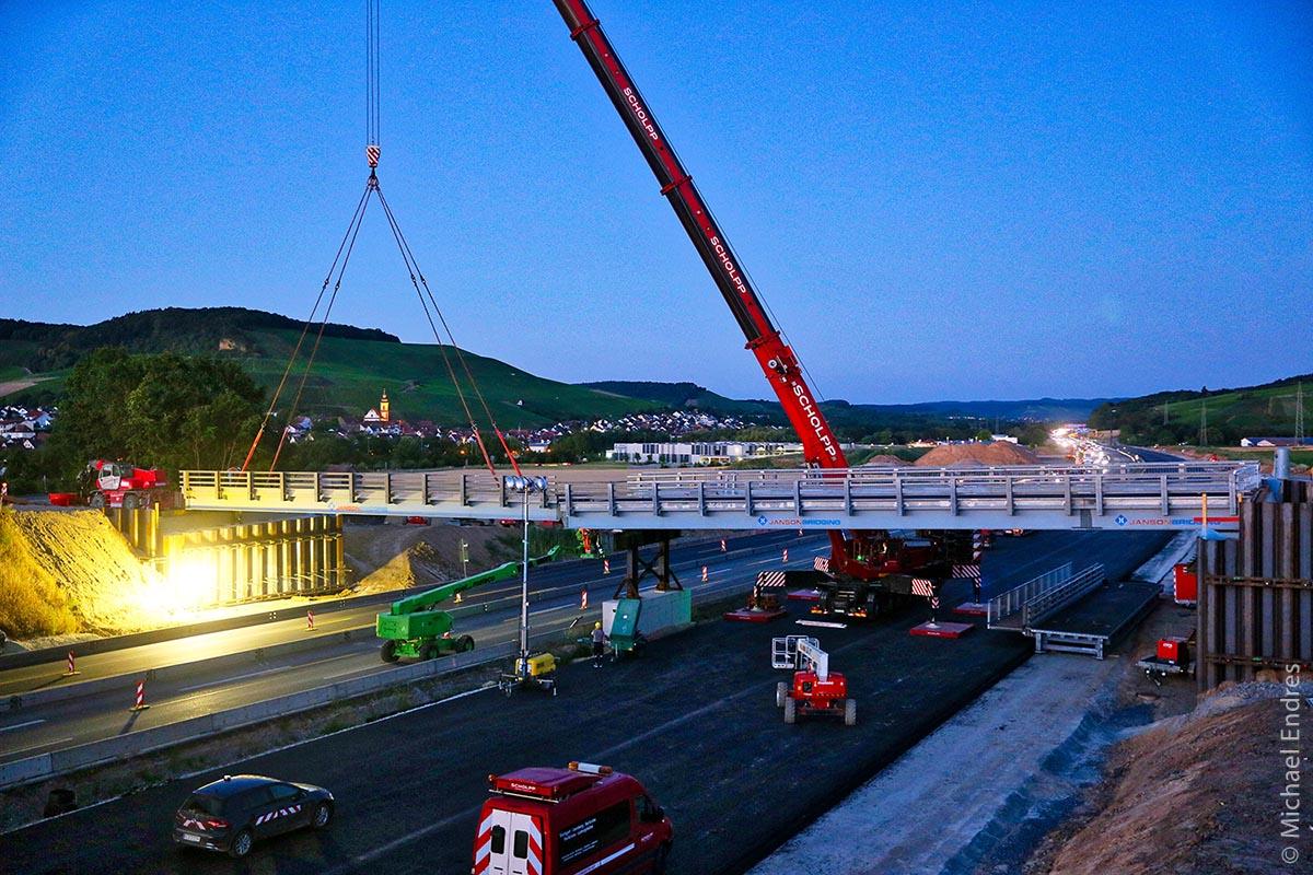 Manchmal muss es schnell gehen: In einer Nacht wurde im Sommer 2018 recht zügig eine neue, kleine Brücke über die Autobahn A6 gesetzt.