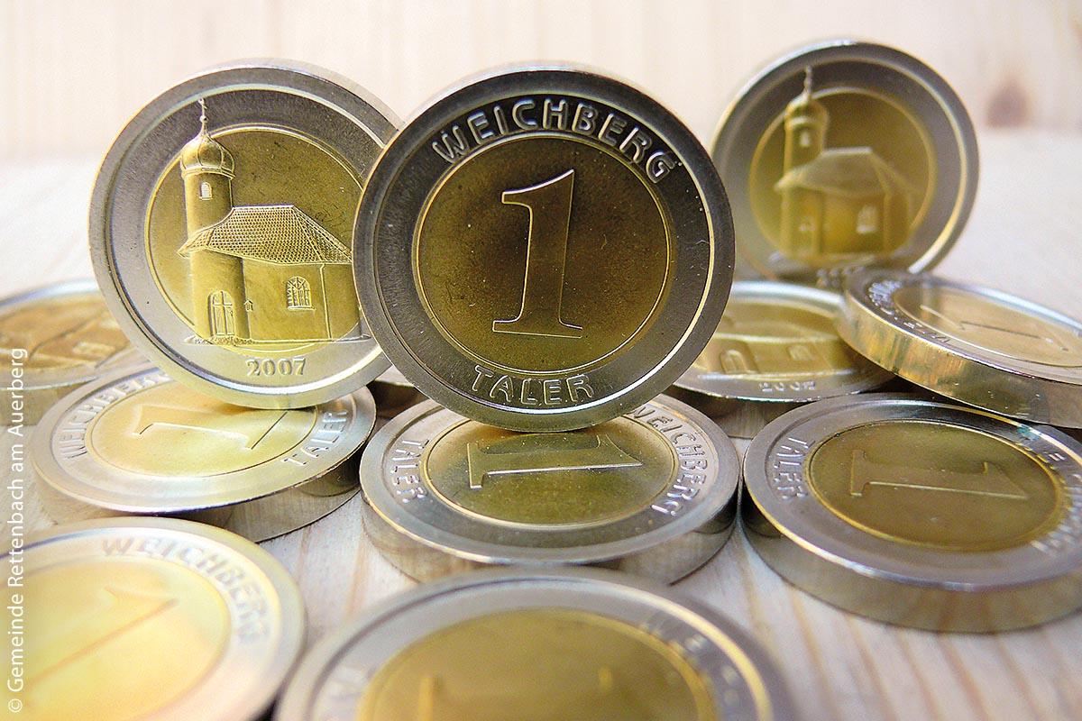 Der Weichbergtaler ist in Rettenbach eine Währung und hat den Wert von fünf Euro. Jeder kann damit in allen Geschäften des Ortes bezahlen.