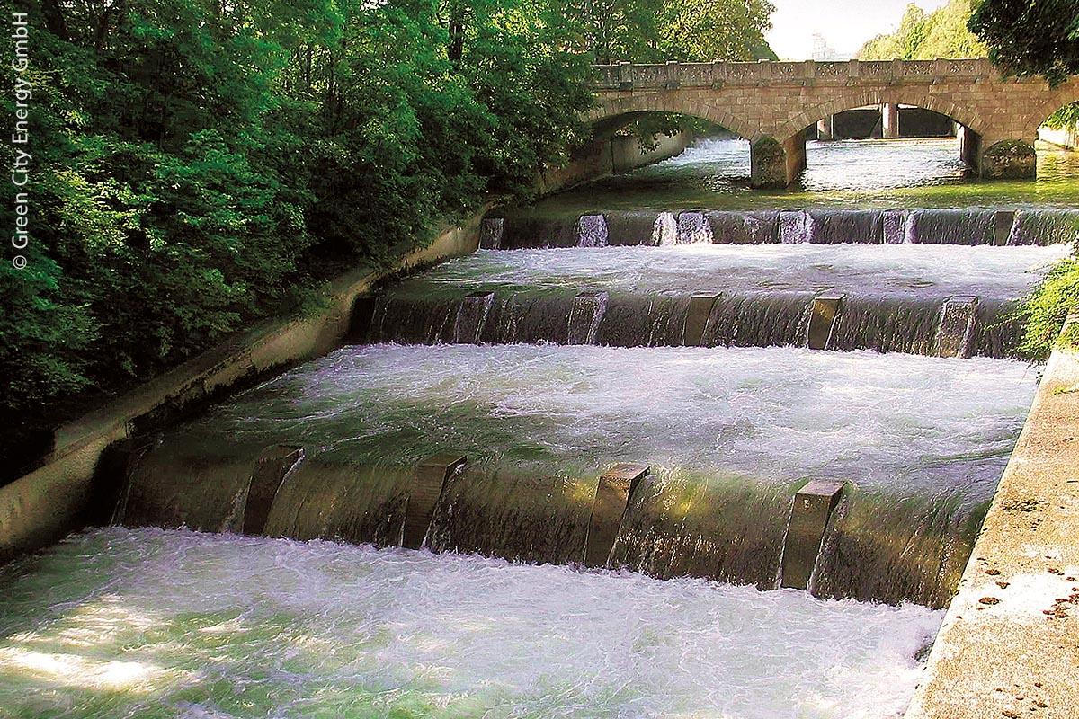 Das Praterkraftwerk ist ein 2010 neu in Betrieb genommenes Laufwasser- kraftwerk in München. Um das Erscheinungsbild vor Ort nicht zu  verändern, wurde das Kraftwerk größtenteils unterirdisch errichtet.