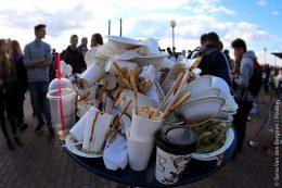 Bei einer Party kann recht schnell so einiger Müll zusammenkommen. Ein Problem, dem sich Kommunen stellen müssen.
