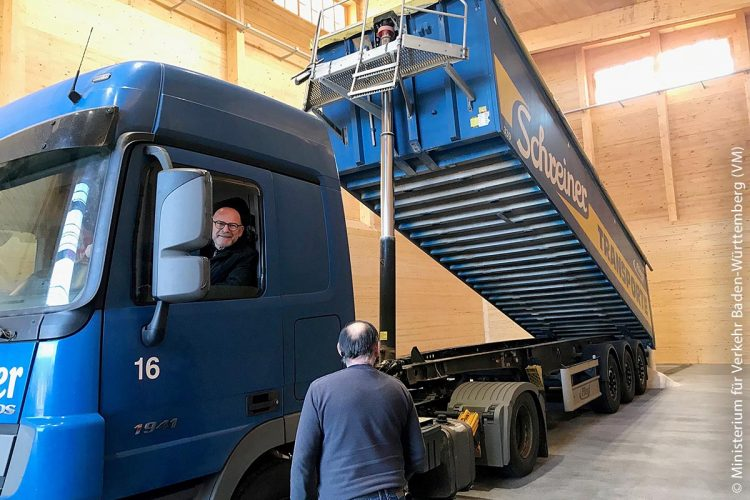 Landesverkehrsminister Winfried Hermann, MdL, hat Ende November 2018 die neu erbaute Streuguthalle der Autobahnmeisterei Karlsruhe-Durlach mit einem ersten Sattelzug Salz befüllt.