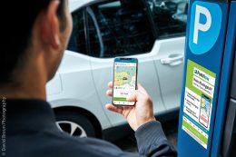 Die ParkNow-App erkennt anhand der GPS-Lokalisierung des Mobiltelefons, ob sich der Nutzer in einer kostenpflichtigen Parkzone befindet. Mit nur einem Fingerdruck in der App kann der Parkvorgang direkt am Fahrzeug gestartet werden.