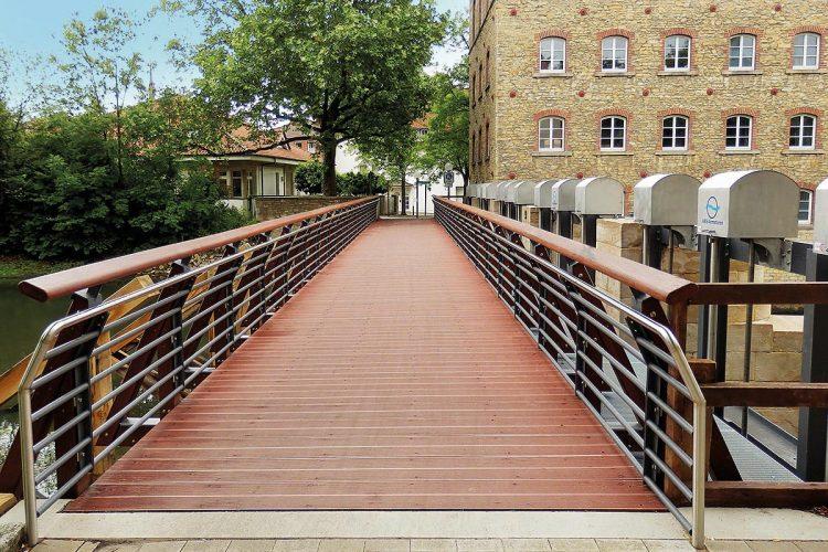 In Osnabrück wurde die 30 Meter lange und drei Meter breite Fußgängerbrücke an der Pernickelmühle mit wartungsfreien und umweltfreundlichen Trimax-Kunststoffprofilen saniert.