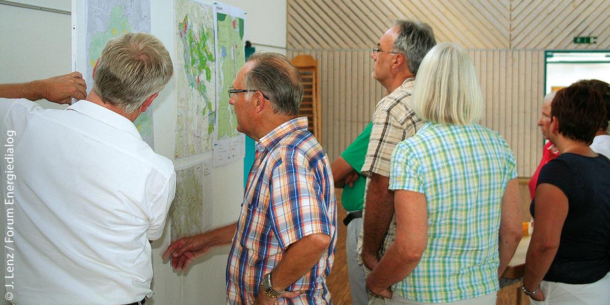 Bei kommunalen Infomärkten des Forums Energiedialog können sich Bürger über laufende Planungen informieren, wie hier in Winterlingen am 10. September 2016.