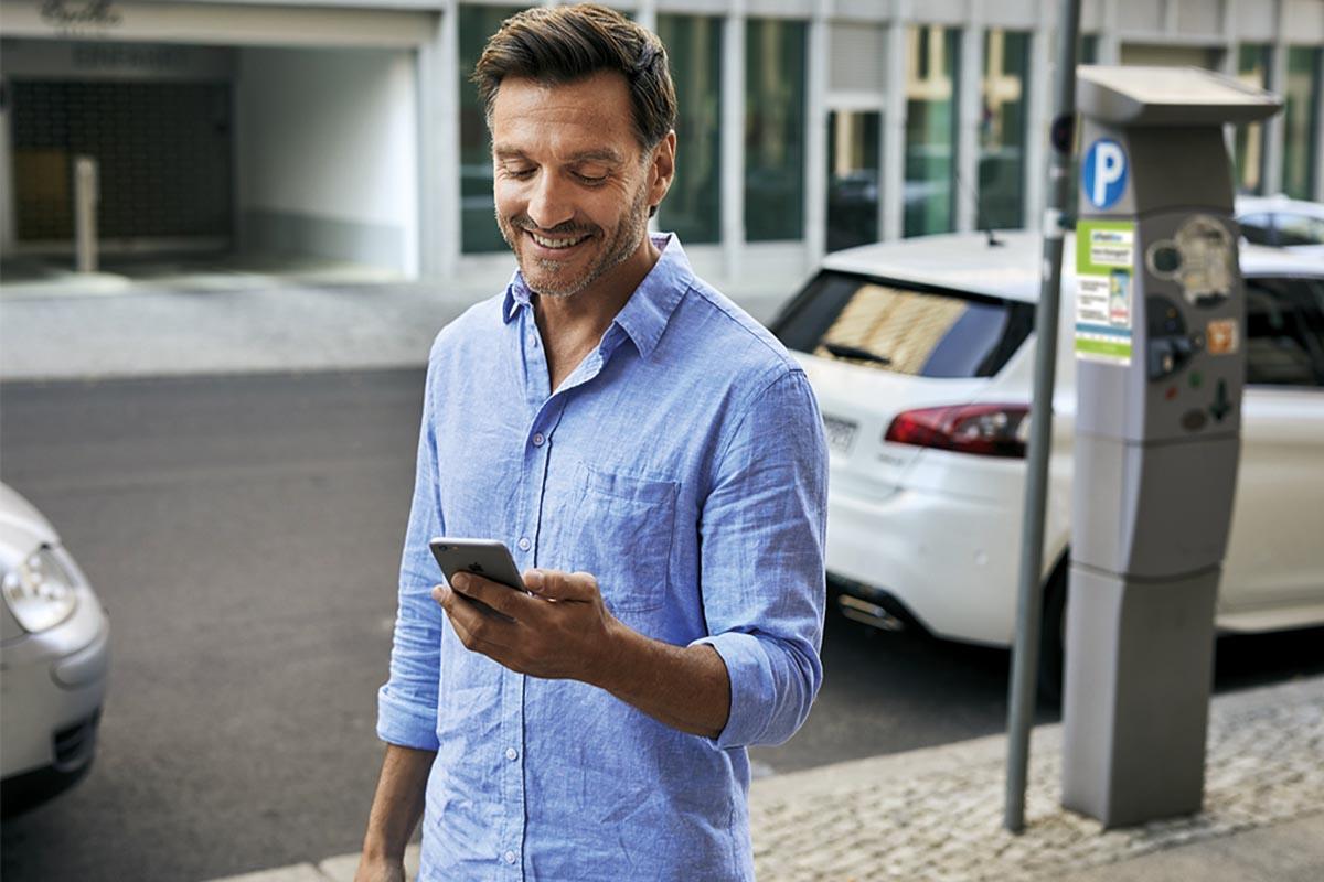 Mit nur einem Fingerdruck in der App kann der Parkvorgang am Straßenrand gestartet werden.