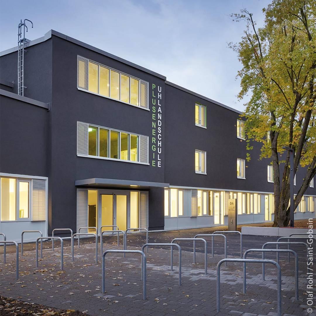 Der Eingangsbereich der Plusenergie Uhlandschule in Stuttgart